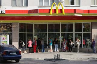 Vrouwen wachten bij de vroegere McDonald's in de Oost-Oekraïense stad Donetsk op het moment dat een vredesdemonstratie begint. Foto: Aleksej Filippov