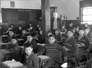 Leerlingen aan hun bureau. All Saints Indian Residential School, Lac-La-Ronge, Saskatchewan, maart 1945. Foto: Library and Archives Canada