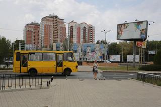 Een marsjroetka, een taxibus, rijdt over de tien kilometer lange Artjomstraat in de Oost-Oekraïense stad Donetsk. Nu in handen van pro-Russische rebellen. Foto: Aleksej Filippov