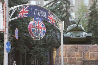 Reclame voor gesloten muziekbar en hotel Liverpool siert nog altijd de straten van de Oost-Oekraïense stad Donetsk. Foto: Aleksej Filippov