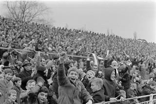 13 november 1966: Vreugde op de tribune van het Amsterdamse Ajax-stadion waar Ajax met 5-0 wint van Feyenoord. Foto: André van der Heuvel / ANP
