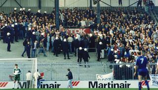 22 oktober 1989: Terwijl het spel doorgaat in de wedstrijd Ajax-Feyenoord, wordt achter het doel van Feyenoord de tribune ontruimd nadat daar fragmentatiebommen ontploften. Foto: Frans Vanderlinde / ANP