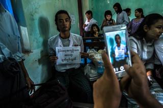 Een student wordt naast de rechtbank geïnterviewd door een lokaal televisiestation. Foto: Andreas Stahl