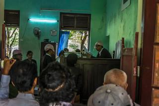 Maar even laten de rechters zich zien om aan te kondigen dat de berechting van de studenten weer wordt uitgesteld. Foto: Andreas Stahl