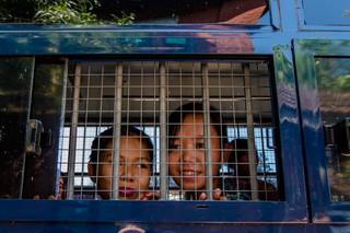 In de busjes zitten 56 leden van Birma's radicaalste studentenvereniging, de All Burma Federation of Student Unions (ABFSU). Rechts Phyoe Phyoe Aung. Foto: Andreas Stahl