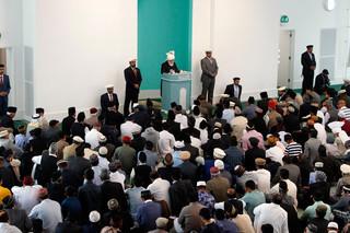 Mirza Masroor Ahmad tijdens het vrijdagmiddaggebed in de Baitul Futuh moskee in Londen. Foto: Steve Parsons / Hollandse Hoogte