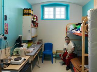 Een gevangene in zijn kamer in Maison D'Arrêt, Douai, 2013. Foto: Jan Banning