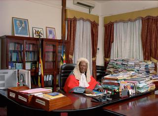 Rechter Benjamin J. Odoki in zijn kantoor in Kampala. Foto: Jan Banning