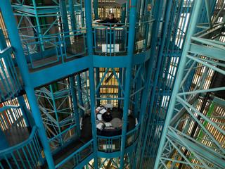 Gevangenis in Bois-d'Arcy, Frankrijk. De gevangenis heeft een capaciteit van vijfhonderd personen, maar huisvest er zo'n tweehonderd meer op het moment dat Jan Banning er fotografeert. Foto: Jan Banning