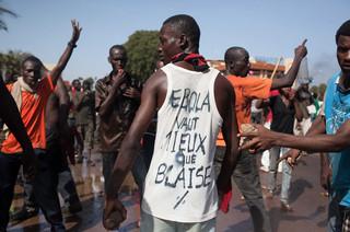 Een demonstrant draagt een hemd waar een vergelijking op staat van Blaise Compaoré met Ebola. Foto: Sophie Garcia/Hollandse Hoogte