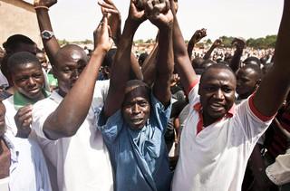De menigte wordt tegengehouden de begraafplaats te betreden waar Thomas Sankara begraven ligt.  Foto: Theo Renaut/Hollandse Hoogte