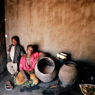 Magdalena Bonifansio (46) met haar jongste zoon Chisimo (3). Is de oogst slecht, krijgen ze maandenlang één keer per dag te eten. 's Avonds. Zodat de honger hen niet wakker houdt. (2005) Foto: Jan Banning