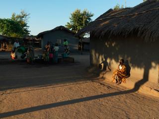 Het dagelijks ritueel van water halen in het dorp Dickisoni, met ruim driehonderd inwoners op tachtig kilometer afstand van de Malawische hoofdstad Lilongwe (2015). Foto: Jan Banning