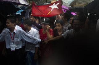 Aanhangers van de NLD wachten op de aankomst van Aung San Suu Kyi na haar verkiezingsoverwinning. Foto: Andreas Stahl