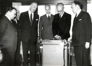 Tijdens de opening van het Nederlands Radar Proefstation. Helemaal rechts staat J.M.F.A. van Dijk, links Robert Watson-Watt, de uitvinder van de radar. Foto: privé archief