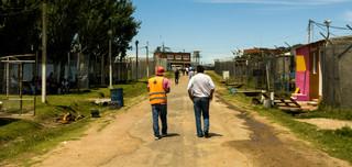 Luis Parodi (rechts), sinds een jaar directeur van de Punta de Rieles-gevangenis, op zijn ronde over het terrein. Foto: Ynske Boersma