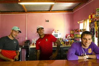 Matias (midden) in het café. Foto: Ynske Boersma