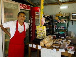 Antonio Arellano was drie jaar geleden met de opening van zijn kruidenierszaak de eerste gevangene om een onderneming te beginnen in Punta de Rieles. Foto: Ynske Boersma