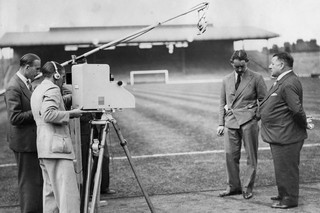 George Allison, trainer van Arsenal, wordt geïnterviewd, circa 1937. Foto: Getty Images