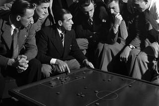Chelsea-trainer Len Goulden laat op het bord zijn nieuwe tactiek zien aan de spelers, Londen 1950. Foto: Getty Images