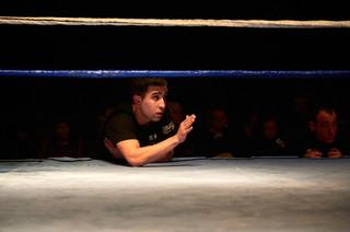 Yahya Mokhtari geeft aanwijzingen aan zijn leerling tijdens een wedstrijd op het kickboksgala in 2012. Foto: Isabella Rozendaal