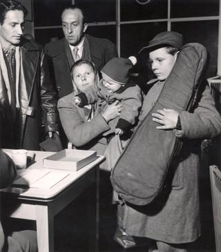 Aankomst van Hongaarse vluchtelingen in de Jaarbeurshallen in Utrecht, oktober 1956. Foto: Spaarnestad