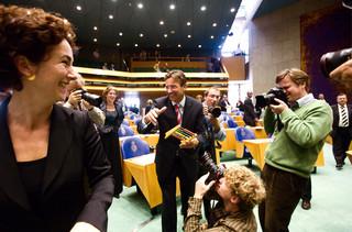 Den Haag, 2006 - Femke Halsema geeft Maxime Verhagen een telraam, nav een discussie over de nieuwe zorg begroting. Foto: Martijn Beekman/ANP