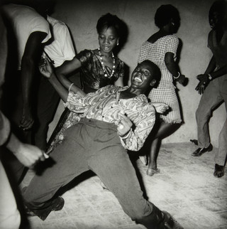 Regardez-moi (Look at me), Malick Sidibé, 1962. Te zien in het Tropenmuseum.