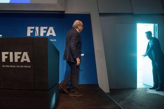Bij het nieuws over Sepp Blatters vertrek publiceerden veel media deze foto die de symboliek van zijn vertrek erg goed verbeeldt. Foto: Valeriano Di Domenico/AFP