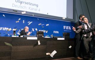 Zürich, 20-06-2015 - Britse komiek Lee Nelson bestrooide Sepp Blatter met dollars. Foto: Hollandse Hoogte