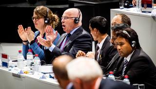 Zürich, 29-05-2015 - Michael van Praag (tweede van links) applaudisseert als bekend wordt dat er een tweede stemmingsronde komt tijdens de verkiezingen voor het voorzitterschap van de FIFA.