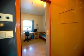 Het interieur van een cel in de penitentiaire inrichting Skien, de zwaarbeveiligde Noorse gevangenis waar Anders Breivik zijn straf uitzit. Deze cel is niet noodzakelijk het persoonlijk verblijf van Breivik. Beeld: ANP