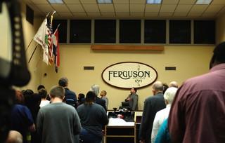 Gemeenteraadsvergadering Ferguson zweert trouw aan de vlag. Foto's: Arjen van Veelen
