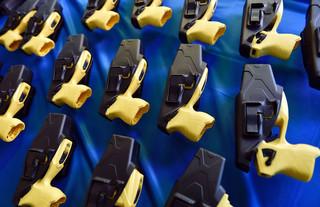 Stroomstootwapens (Taser Guns) gepresenteerd binnen het nieuwe wapenarsenaal en aangekocht als onderdeel van het 2016 BAC-PSIG Plan. Dit wapen heeft een impact van enige honderden volts. Beeld: ANP