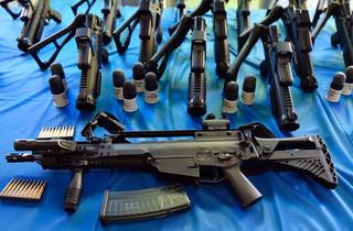 Onderdeel van het nieuwe arsenaal zijn flash-ball-wapens die gebruikt kunnen worden om rubberen kogels te kunnen afvuren met een impact van een knock-out en een HK G36-machinegeweer met een vuursnelheid van 705 schoten per minuut.  Beeld: ANP