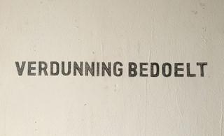 Muurcitaat in het atelier dat verwijst naar het concept van 'verdunning', zoals dat in Dennendal was bedacht door Carel Muller en Frans van Klingerenin: Samen wonen-leven-bouwen, geschreven door de staf van Dennendal, maart 1973. Foto: Domenico Mangano