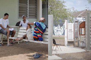 Links: Studenten in gesprek met een patiënt. Ze maken een schets die samen met een brief wordt gestuurd naar verschillende personen in Curaçao om te vertellen over het project van de verdunning. Rechts: een installatie van Lucia Luptáková. Foto's: Domenico Mangano