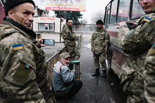 Een straatmuzikant speelt een liedje voor Oekraïnse soldaten voor Konstantinovka treinstation. Maart, 2016. Foto: Christopher Nunn