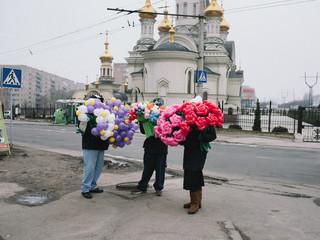 Verkopers in Donetsk met bloemenballonnen, vanwege de nationale vrouwendag. Maart, 2016. Foto: Christopher Nunn