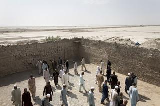 Patiënten wandelen op de binnenplaats van hun afkickcentrum in de afgelegen Provincie Nimroz. Vele afkickcentra zijn in erbarmelijke staat, vooral op plaatsen buiten de hoofdstad Kabul.
