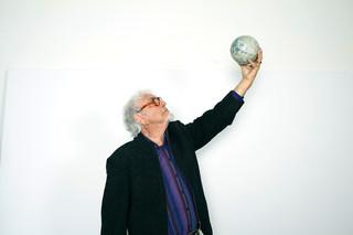 Boezem met de maanglobe, een verwijzing naar Yves Klein.