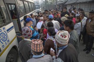De reis vanuit het vluchtelingenkamp in Oost-Nepal naar de Verenigde Staten begint met een busreis naar de Nepalese hoofdstad Kathmandu. Foto's: Omar Havana