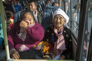 Met gemengde gevoelens zitten de Bhutaanse vluchtelingen in de bus van het vluchtelingenkamp in Oost-Nepal naar Kathmandu.