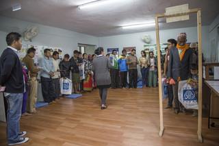 Ook leren ze allerlei praktische toepassingen – van hoe het toilet in het vliegtuig werkt tot hoe ze in het land van aankomst moeten solliciteren. Foto's: Omar Havana