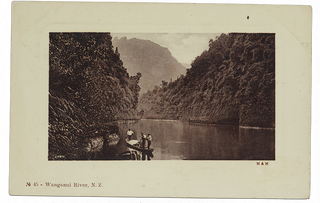 Ngaporo, Wanganui River, The New Zealand Rhine, 1904-1915, Dunedin. Muir & Moodie. Gekocht in 1998 met een donatie van het New Zealand Lottery Grants Board funds. Foto: Te Papa