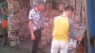 Op de markt verkoopt propagandamateriaal goed. Moh Saaduddin, journalist voor de Manila Times, helpt ons en koopt een dvd waarop gevechten staan tussen het leger en troepen die trouw zwoeren aan IS. Foto: Andreas Stahl