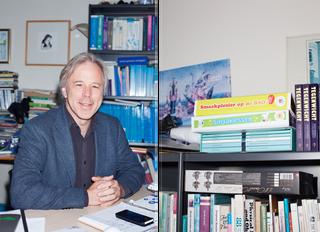 Jaap Seidell en zijn goed gevulde boekenkast. Foto's: Florian Braakman (voor De Correspondent)