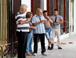 Internettende Cubanen bij een wifi-hotspot