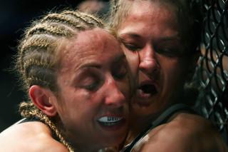 Karolina Kowalkiewicz (R) uit Polen en de Amerikaanse Heather Jo Clark vechten tijdens de UFC Fight Night 87 in Rotterdam op 8 mei, 2016. Foto: Dean Mouhtaropoulos / Getty Images