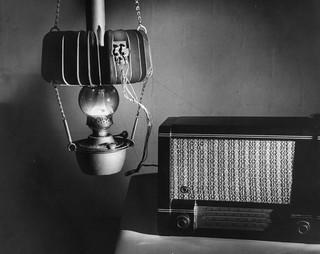 Een thermo-elektrisch experiment waarbij de warmte van een olielamp de elektriciteit voor een radio opwekt. Foto Fritz Goro / Getty Images